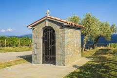 Traditionellt historiskt litet kapell nära en vingård i Kroatien på en sommardag fotografering för bildbyråer