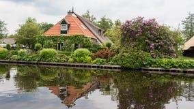 Traditionellt holländskt hus i en liten by Arkivfoton
