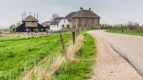 Traditionellt holländskt lantbrukarhem nära Maurik i Neteherlandsen Royaltyfria Foton