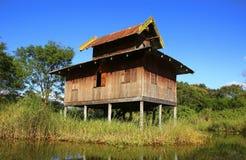 Traditionellt hous på styltor i Inle sjön, Myanmar royaltyfri bild
