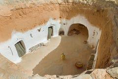 Traditionellt hus av Berbers i kartbokbergen i Tunisien royaltyfri bild