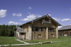 Traditionellt hus av den ryska norden. Royaltyfri Fotografi