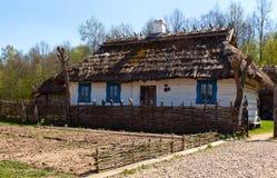 Traditionellt hus Bialowieza Arkivfoto