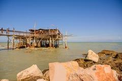 Traditionellt hus för fiskare` s i Abruzzo som kallas Trabocco Arkivfoton