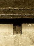 Traditionellt hus, fasad och tak, bakgrund Fotografering för Bildbyråer
