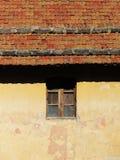 Traditionellt hus, fasad och tak, bakgrund Royaltyfri Foto