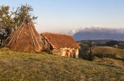 Traditionellt hus från en bergby Rumänien Royaltyfri Fotografi