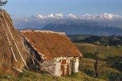 Traditionellt hus från en bergby Rumänien Arkivbild