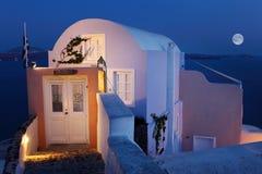 Traditionellt hus, fullmåne, Santorini Royaltyfri Fotografi
