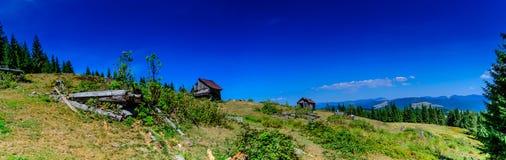 Traditionellt hus i Apuseni berg, Rumänien arkivbilder
