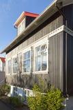 Traditionellt hus i den Reykjavik staden Island Royaltyfria Bilder