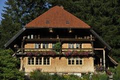 Traditionellt hus i den svarta skogen, Tyskland Royaltyfri Fotografi