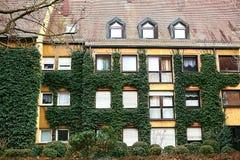 Traditionellt hus i den tyska stilen i Bayern Arkitekturen av hus i Tyskland Huset täckas med Arkivfoton