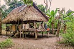 Traditionellt hus i det Sucumbios landskapet royaltyfri fotografi