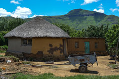 Traditionellt hus i Lesotho Arkivfoto