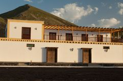Traditionellt hus i skyddat landskap för La Geria royaltyfri fotografi