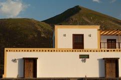 Traditionellt hus i skyddat landskap för La Geria fotografering för bildbyråer