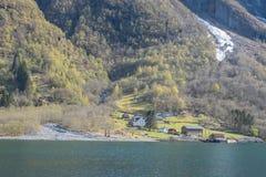 Traditionellt hus med sikt för gröna kullar från kryssning Royaltyfri Foto