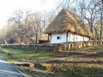 Traditionellt hus, Rumänien arkivbild