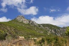 Traditionellt hus som lokaliseras på berget Arkivfoto