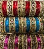 Traditionellt indiskt armband på marknaden i Varanasi, Bihar arkivfoto