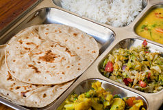 Traditionellt indiskt maträttthali-, subji-, ris- och chapatibröd arkivfoto
