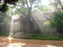 Traditionellt inte rikt etniskt hus tidigt på morgonen arkivbilder