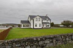 Traditionellt Irland hus som har den översvämmade trädgården royaltyfri bild