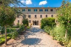 Traditionellt italienareTuscany lantbrukarhem - den lantliga villan omgav b Arkivfoton