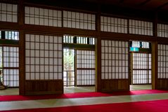 Traditionellt japanskt hus med pappers- dörrar och Tatami arkivbild