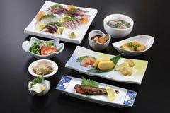 Traditionellt japanskt mål med sushi, rädisan, skaldjur och soppa Arkivfoto