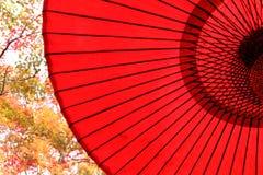 Traditionellt japanskt rött paraply Fotografering för Bildbyråer