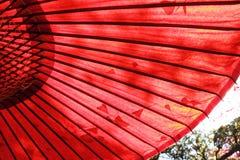 Traditionellt japanskt rött paraply Royaltyfri Fotografi