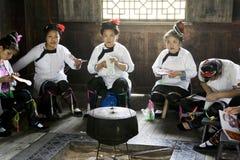 traditionellt kinesiskt etniskt handarbete Arkivbild