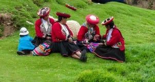 Traditionellt klädd latin - amerikanska kvinnor royaltyfri foto