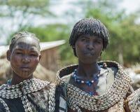 Traditionellt klädde kvinnor från den Tsemay stammen Weita Omo dal ethiopia Royaltyfri Foto