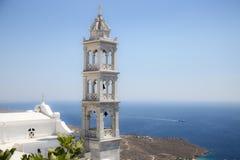Traditionellt klockatorn för grekisk kyrka och det Aegean havet i Tinos, Grekland Arkivbild