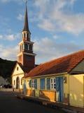 Traditionellt kreolskt hus nära kyrkan Fotografering för Bildbyråer