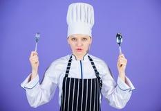 Traditionellt kulinariskt m?l Tid som f?rs?ker m?l Hon ?r hungrig tyck om ditt m?l Gaffel f?r sked f?r redskap f?r kvinnakockh?ll arkivbild