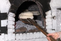 traditionellt lantligt bröd som är klart att laga mat royaltyfria bilder