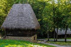 Traditionellt lantligt romanian hus Arkivbild