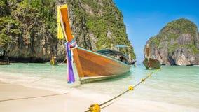 Traditionellt longtailfartyg i fjärd på Phi Phi Island, Krabi, Thailand strand på Phuket Royaltyfria Foton