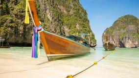 Traditionellt longtailfartyg i fjärd på Phi Phi Island, Thailand strand, Phuket Arkivbilder