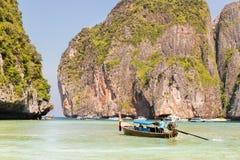 Traditionellt longtailfartyg i fjärden, Phi Phi Island, Krabi, Thailand strand, Phuket Arkivbilder