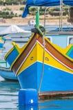 Traditionellt Luzzu fartyg på den Marsaxlokk hamnen i Malta. royaltyfria foton