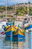 Traditionellt Luzzu fartyg på den Marsaxlokk hamnen i Malta arkivbild