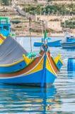 Traditionellt Luzzu fartyg på den Marsaxlokk hamnen i Malta arkivfoton