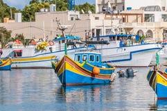 Traditionellt Luzzu fartyg på den Marsaxlokk hamnen i Malta royaltyfri fotografi