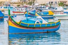 Traditionellt Luzzu fartyg p? den Marsaxlokk hamnen i Malta arkivfoto