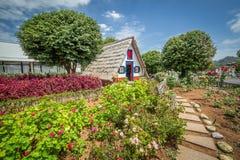 Traditionellt madeirahus i trädgård Royaltyfri Fotografi